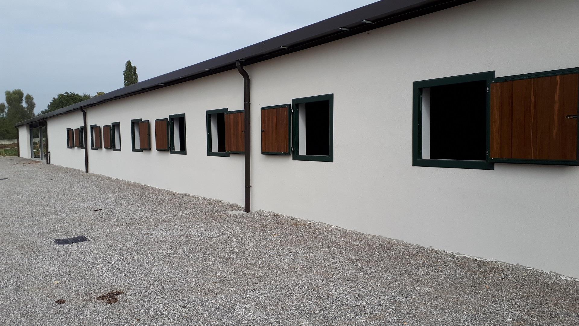 Finestre a misure realizzate con doppio telaio in ferro zincato e verniciato (sistema Triplex) tamponate a legno bamboo