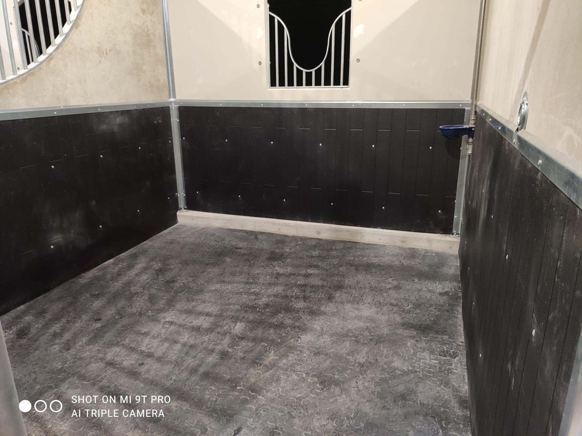 Pavimentazione box e rivestimenti pareti in gomma