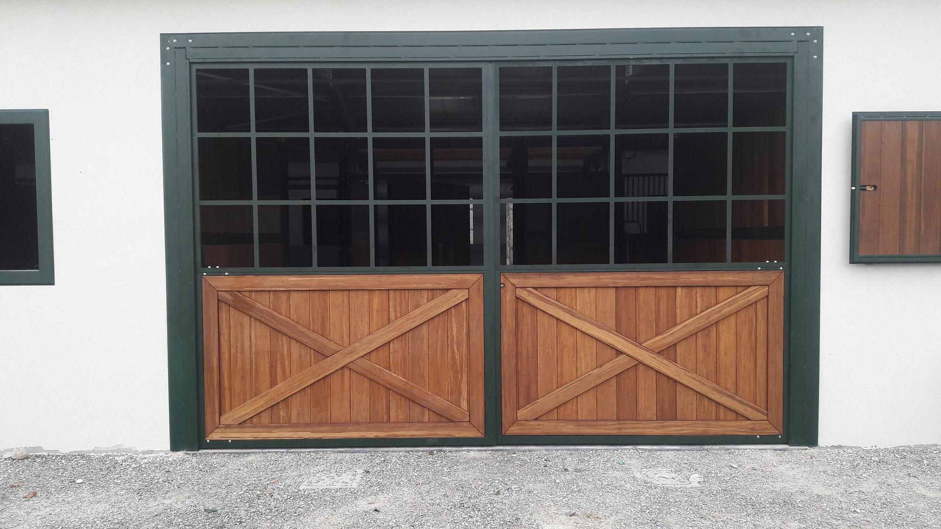 Portone e doppi battente in ferro zincato e verniciato (sistema Triplex) con tamponamenti a legno bamboo nella parte inferiore e vetro superiore